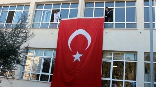 sehit-esinin-okulunda-dev-turk-bayragi-ile-anildi