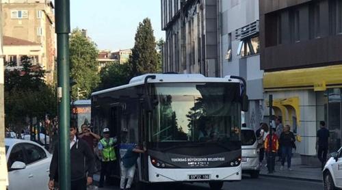 halk-otobusu-bozuldu-yolcular-otobusu-ittirerek-yolu-acmaya-calisti